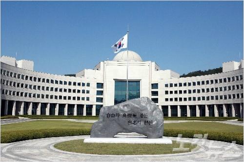 [단독] 국정원 파견 영사, 총영사 결재도 멋대로 날인했다