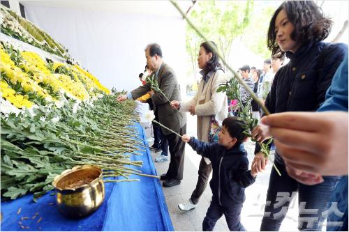 어린이날인 5일 오전 서울광장 합동분향소를 찾은 어린이들이 헌화를 하고 있다. 황진환기자