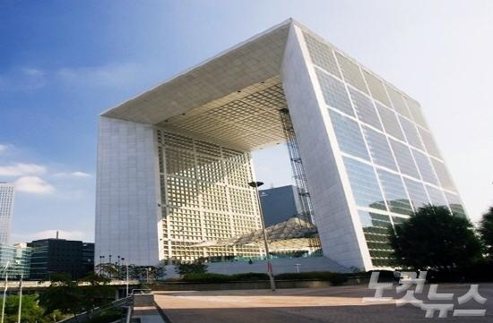 유럽의 중세도시에 우뚝선 미래지향적인 '현대 건축물' - 노컷뉴스