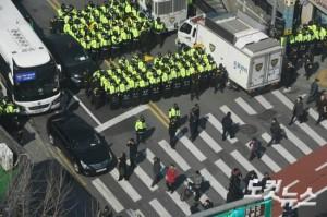 박근혜 대통령 탄핵심판 선고일을 하루 앞둔 9일 오후 서울 종로구 재동 헌법재판소 앞 도로가 통제되고 있다. (사진=이한형 기자)