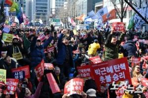 대한민국 헌정사상 최초로 박근혜 대통령이 탄핵된 10일 오전 안국역 주변에서 탄핵 찬성 집회 참가자들이 환호하고 있다. (사진=이한형 기자)