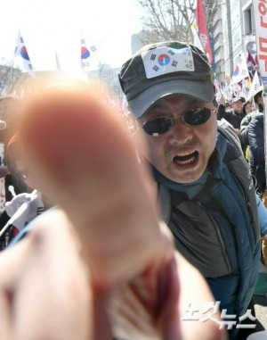 대한민국 헌정사상 최초로 박근혜 대통령이 탄핵된 10일 오전 서울 종로구 안국역 인근에서 박 대통령 파면 소식을 들은 보수단체 회원들이 분개하고 있다. (사진=박종민 기자)
