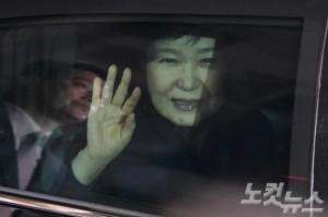 박근혜 전 대통령이 탄핵 인용 사흘만인 지난 12일 오후 청와대에서 퇴거해 삼성동 사저에 도착하고 있다. (사진=박종민 기자)