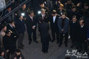 박근혜 전 대통령이 탄핵 인용 사흘만인 지난 12일 오후 서울 삼성동 박 전 대통령의 사저 앞에서 친박 의원들이 대기하고 있다. (사진=사진공동취재단 제공)