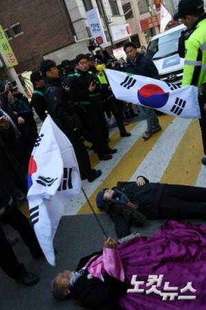 14일 서울 삼성동 박근혜 전 대통령 자택 앞에서 박 전 대통령 지지자들이 JTBC 차량을 막으려 거리에 드러눕고 있다. (사진=박종민 기자)