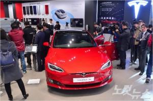 15일 경기 하남시 스타필드하남에 문을 연 미국 전기자동차 업체 테슬라 정식 매장에서 국내에 처음 출시되는 모델S 90D가 공개되고 있다. 모델S 90D는 한번 충전으로 최대 378km(환경부 측정기준)까지 주행이 가능하다. 가격은 최대 약 1억6천만원이다. (사진=박종민 기자)