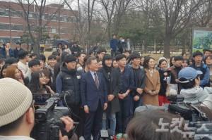 20일 오후 광주 전남대를 방문한 문재인 전 대표가 학생들과 사진을 찍고 있다. (사진=광주CBS 장요진 기자)