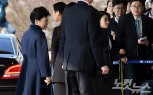 박근혜 전 대통령이 파면 11일 만인 21일 오전 서울 서초동 중앙지검에 피의자 신분으로 출석하고 있다. (사진=황진환 기자)