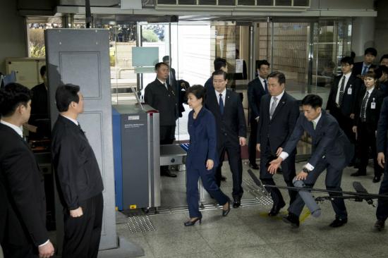 朴 영장심사, 절반 이상 남아…휴정 후 재개
