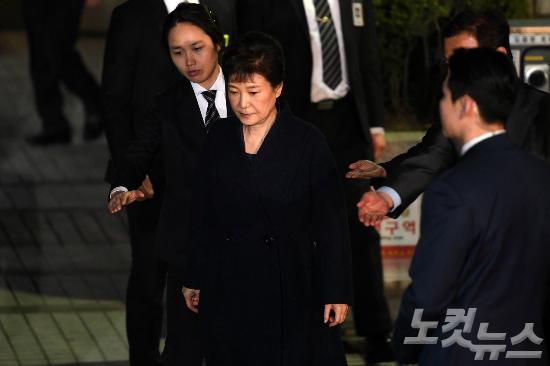 [화보] 흐트러진 올림머리…구치소 가는 박근혜