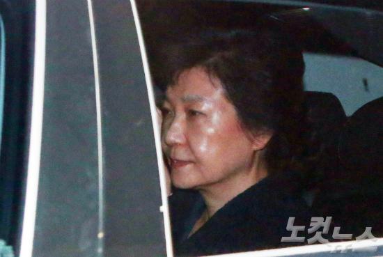 박근혜 조사, 내일 10시 구치소 임시방에서
