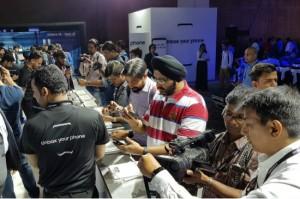 지난 19일(현지시간) 인도 뉴델리에서 진행된 '갤럭시 S8'·'갤럭시 S8 ' 미디어 행사에서 제품을 체험하는 모습. (사진=삼성전자 제공)