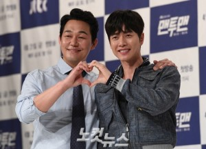 JTBC 새 금토드라마 '맨투맨'에서 각각 여운광, 김설우 역을 맡은 박성웅, 박해진이 하트 모양을 만들어 보이고 있다. (사진=황진환 기자)
