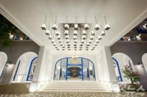 하얀색과 파란색으로 디자인 된 로비는 산토리니를 떠올리게 한다. (사진=다낭 라이즈마운트 제공)