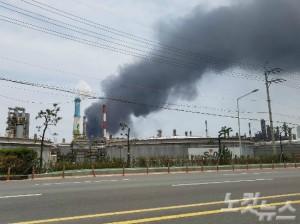 21일 오후 울산시 울주군 온산읍 에쓰오일 공사현장에서 검은 연기가 치솟고 있다. (사진=독자 제공)