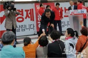 홍준표 후보가 지지자들과 악수를 하고 있다(문석준 기자)