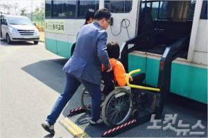 둥지교회는 지체장애인들을 위한 휠체어 리프트 버스를 운행하고 있다.