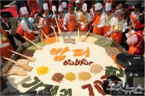 밥퍼 다일공동체가 다음 달 2일 밥 나눔 1천만 그릇 돌파 기념행사를 연다. 사진은 2014년 밥 나눔 700만 그릇 돌파 기념행사 당시.