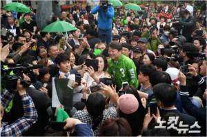 국민의당 안철수 대선후보가 21일 오후 울산 남구 롯데호텔 인근에서 시민들과 인사를 하고 있다. (사진=이한형 기자)