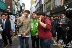 부산 청년 '홍준표' 씨(왼쪽)와 사진을 찍는 안철수 후보. (사진= 김구연)