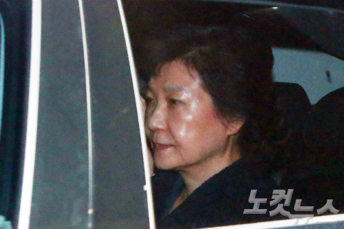"""""""박근혜, 靑에서 굉장히 외로워해…함께 울기도"""""""