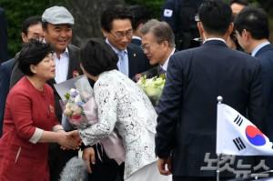 문재인 대통령 내외가 10일 오후 청와대 입구에서 인근 주민들의 환영인사를 받고 있다. (사진=이한형 기자/자료사진)