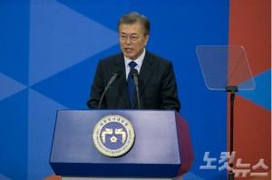 문재인 대통령이 지난 10일 오후 서울 여의도 국회의사당 로텐더홀에서 열린 취임식에서 '국민께 드리는 말씀'을 전달하고 있다. (사진=윤창원 기자)