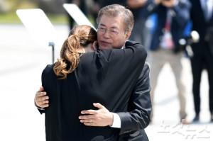 문재인 대통령이 18일 오전 광주 북구 국립5.18민주묘지에서 열린 37주년 5.18 민주화운동 기념식에서 추모사를 하다 눈물을 흘린 한 유가족을 위로하고 있다. (사진=박종민 기자/자료사진)