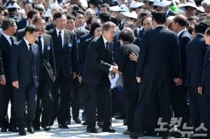 문재인 대통령이 18일 오전 광주 북구 국립5.18민주묘지에서 열린 37주년 5.18 민주화운동 기념식에서 참석자들과 인사하고 있다. (사진=박종민 기자)