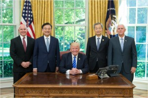 왼쪽부터 맥매스터 백악관 국가안보보좌관, 홍석현 미국특사, 트럼프 미국 대통령, 안호영 주미대사, 펜스 부통령 (사진=미국 백악관, 주미한국대사관 제공)