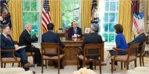 트럼프 대통령이 17일(현지시간) 백악관 집무실에서 홍석현 미국 특사와 면담 하고 있다. (사진=미국 백악관, 주미한국대사관 제공)