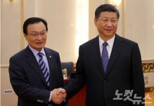 이해찬 중국특사가 19일 베이징 인민대회당에서 시진핑 중국 국가주석과 만나 악수를 나누고 있다. (사진=베이징 공동취재단)