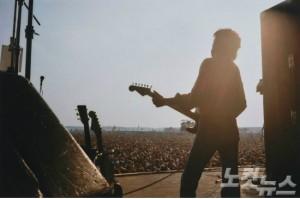 패티보이드 사진전에서는 비틀즈의 조지 해리슨과 영국의 싱어송라이터 에릭 클랩턴의 사진들까지 대거 전시한다. (사진=ⓒPattie Boyd_Eric at Blackbush 제공)