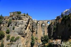 거대한 협곡을 가로 지르는 누에보 다리의 웅장함과 광활한 대자연을 향연을 만끽할 수 있는 론다는 스페인 남부의 매력을 고스란히 담은 도시다. (사진=엔스타일투어 제공)