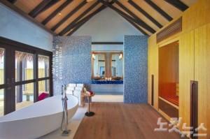 몰디브 전통과 현대적인 감각이 어우러진 조화로운 인테리어로 꾸며진 객실. (사진=몰디브데이 제공)