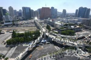 '서울로 7017' 공식 개장을 하루 앞둔 19일 오전 서울로 위에서 관계자들이 마무리 작업을 하고 있다. (사진=이한형 기자)