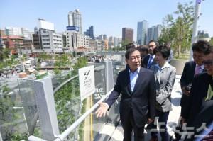 박원순 서울시장(왼쪽)이 19일 오전 공식 개장을 하루 앞둔 서울로 7017 산책로를 관계자들과 함께 시찰하고 있다. (사진=이한형 기자)