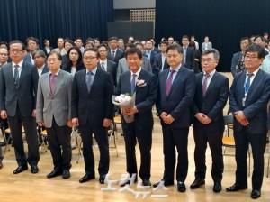 YTN 조준희 사장(사진 가운데)이 19일 열린 퇴임식에서 꽃을 들고 기념촬영을 하고 있는 모습 (사진=김수정 기자)