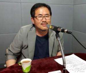 강원CBS <시사포커스 박윤경입니다>에 출연한 춘천마임축제 황인선 총감독. (사진=최원순 PD)