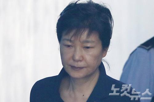 '변호사 기립' 의전받는 박근혜, 여유 찾은 '미소'까지