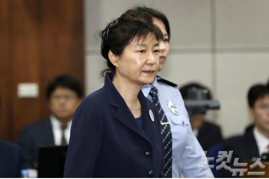 박근혜, 구인영장 집행 '거부'…법원, 증인 채택 취소