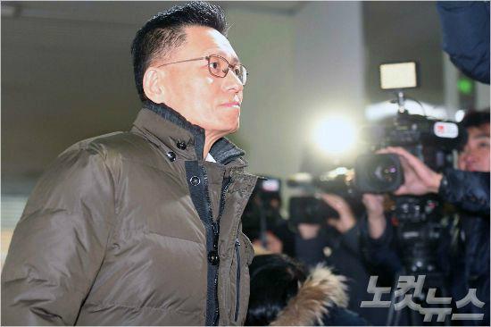 """증인 출석한 前 삼성 간부들…기본 질문에도 """"증언 거부"""""""