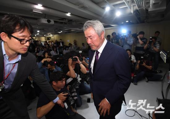 '갑질 논란' 정우현 미스터피자 회장 사퇴