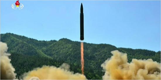"""국방부 """"北 ICBM급 신형 미사일, 개발 성공 단정 어려워"""""""
