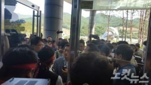 지난 13일 한수원 본사건물로 들어가려던 조성희 이사가 노조원들에게 막혀 진입을 못하고 있다.(사진=김대기 기자)