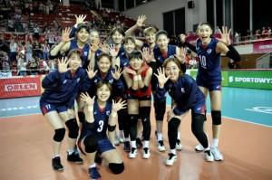 2017 국제배구연맹(FIVB) 그랑프리 세계여자배구선수권대회에 참가한 한국 대표팀이 17일 난적 폴란드를 꺾고 환하게 웃고 있다. (사진=FIVB 제공)