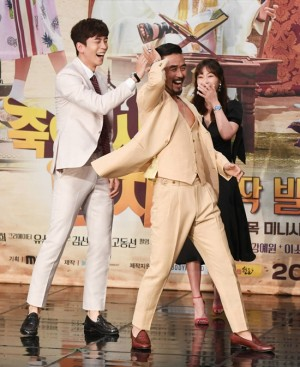 배우 최민수의 재미있는 포즈에 신성록과 강예원이 웃음을 터뜨리고 있는 모습 (사진=황진환 기자)