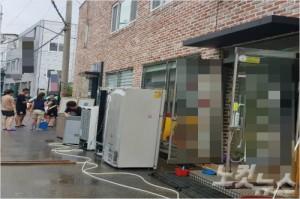 17일 오후 청주시 비하동 상가에서 복구 작업을 벌이는 시민들(사진=장나래 기자)