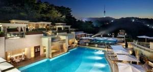 신라호텔 어번아일랜드에서는 밤에도 수영을 즐기며 더위를 식힐 수 있다(사진=웹투어 제공)