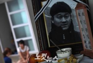 故 김광일 PD의 영정 사진. 그가 생전에 좋아했던 음식들이 놓여져 있다. (사진=이한형 기자)
